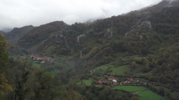 Sobrefoz, pueblo m+ís cercano a Ventaniella. Se ven los dos barrios principales - El Yano y La Aldea. Vista desde la carretera de San Juan a Sobrefoz
